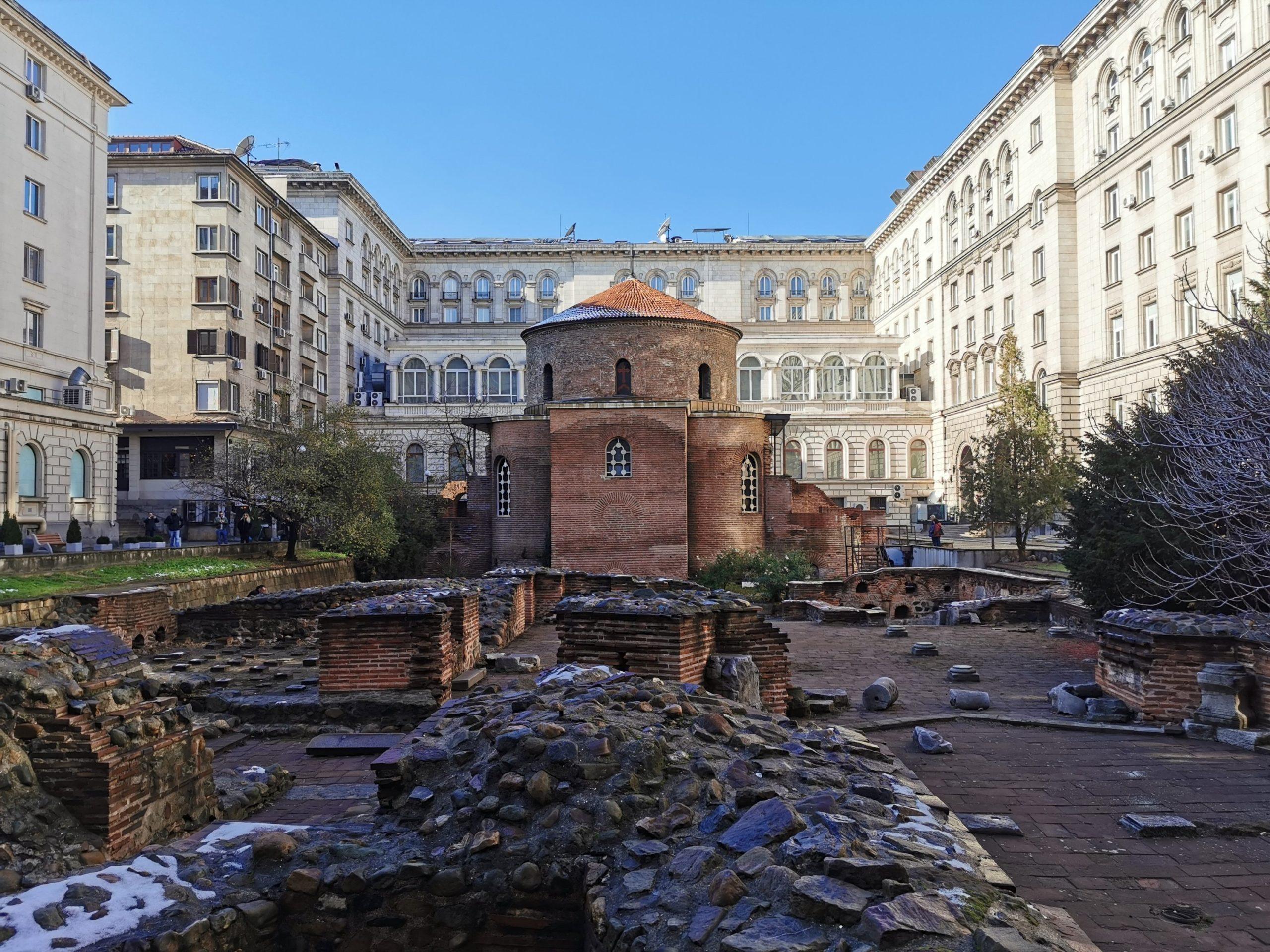 Cerkiew św. Jerzego - najstarszy budynek w Sofii - kiedyś kościół, potem meczet, obecnie cerkiew (a w tle trochę komuny)