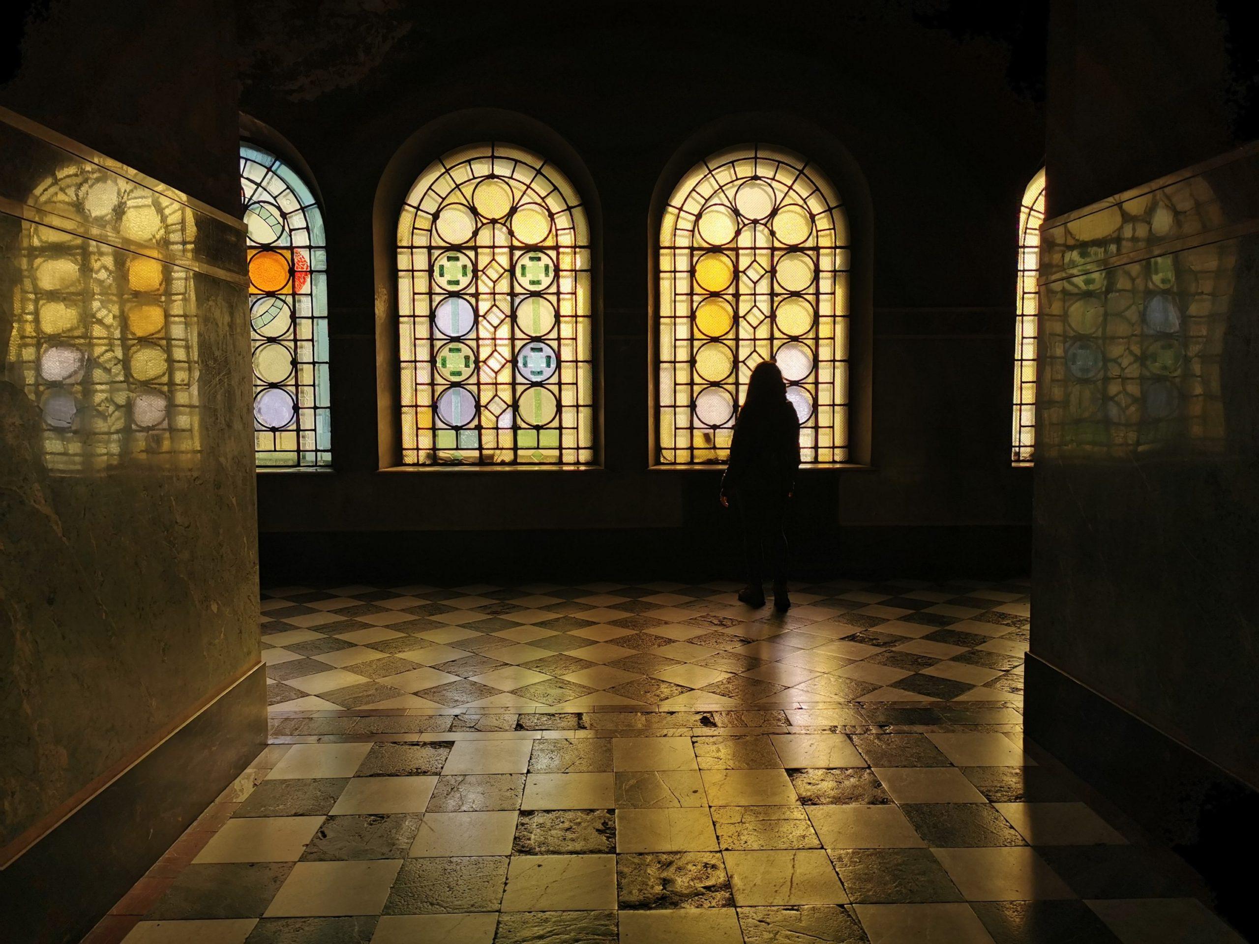 Martyna zagubiona w blasku cerkiewnych witraży