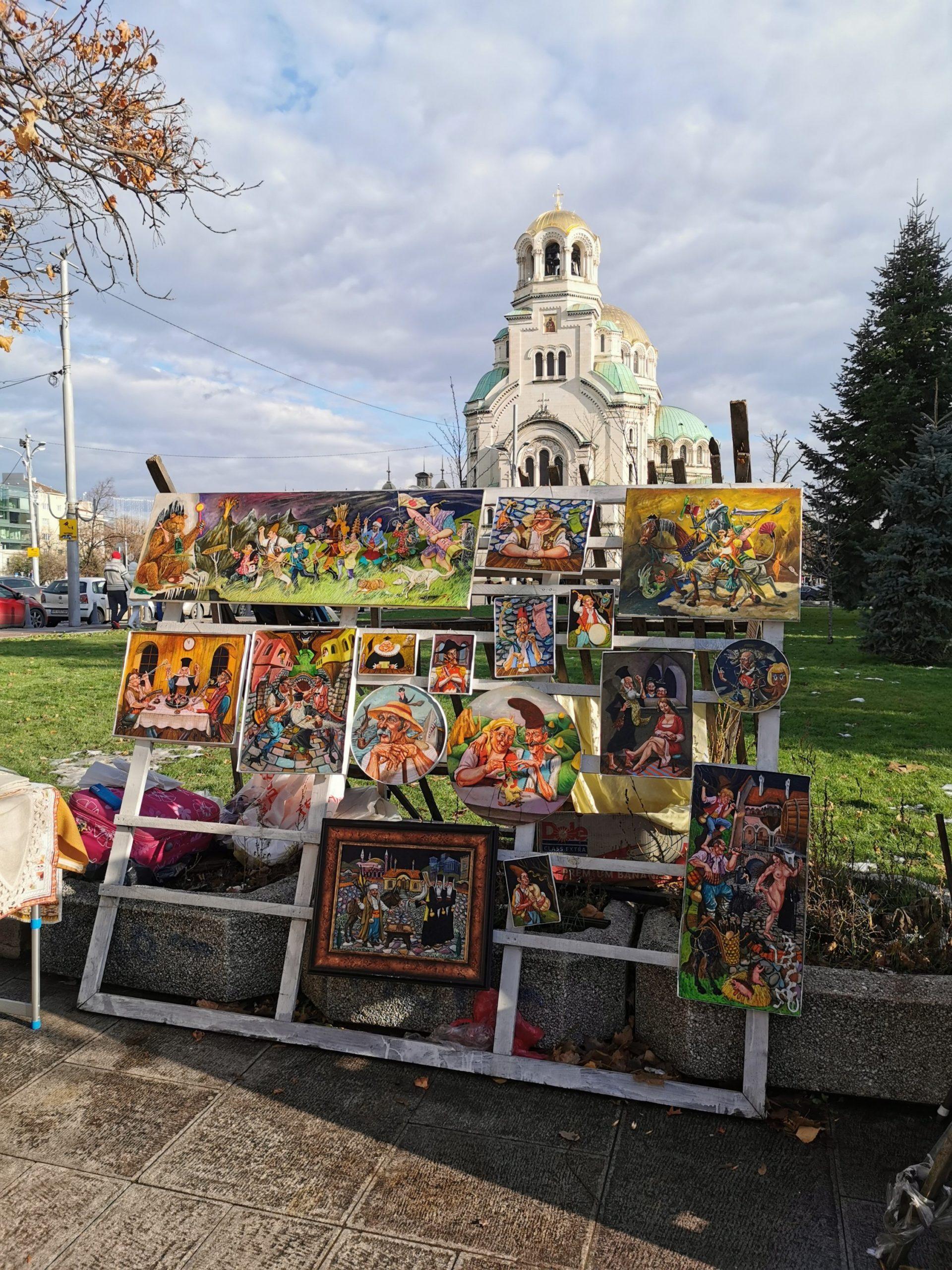Dzieła miejscowego artysty, w tle cerkiew