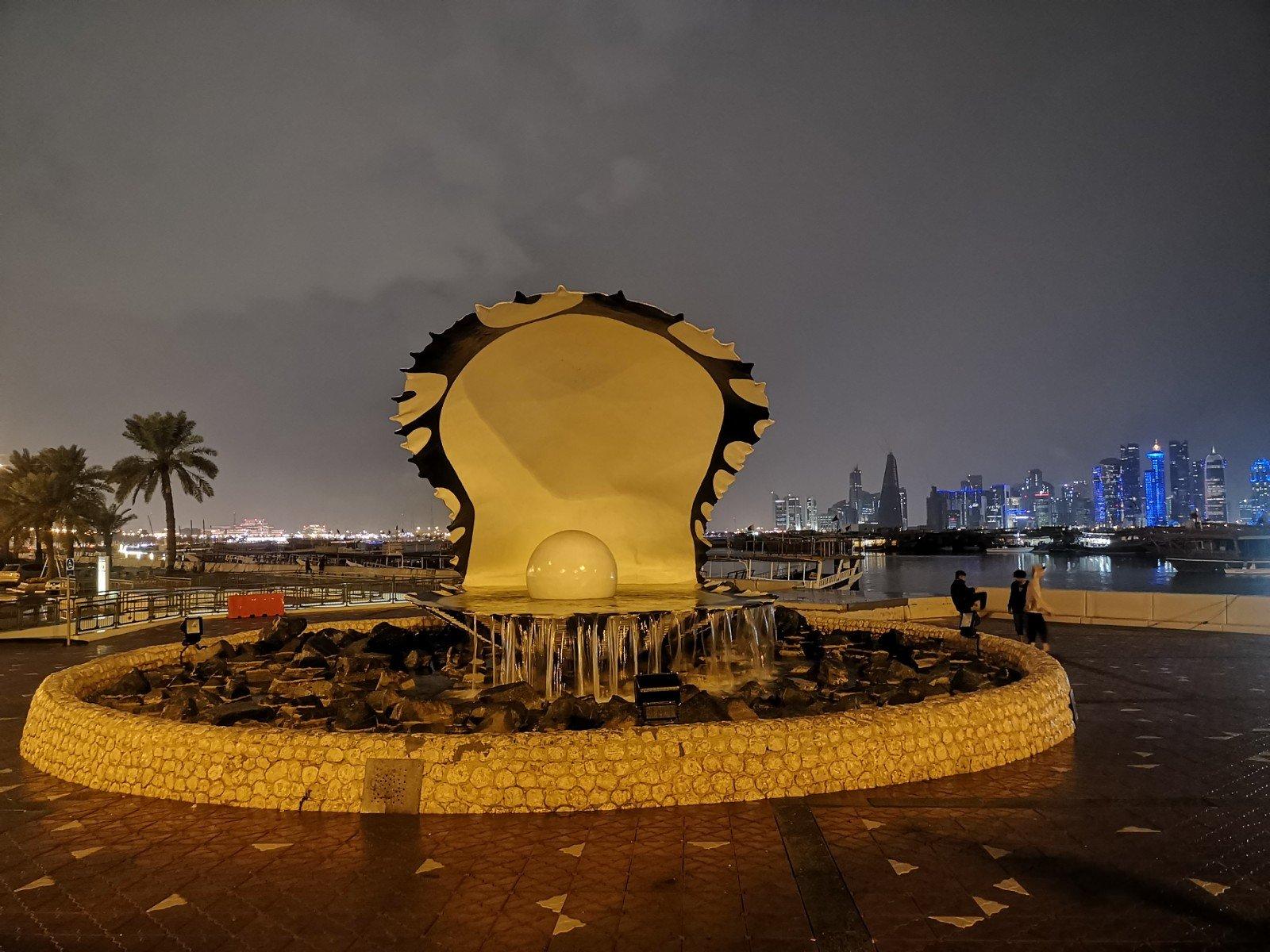Perła Kataru, w tle jakieś niewysokie budyneczki