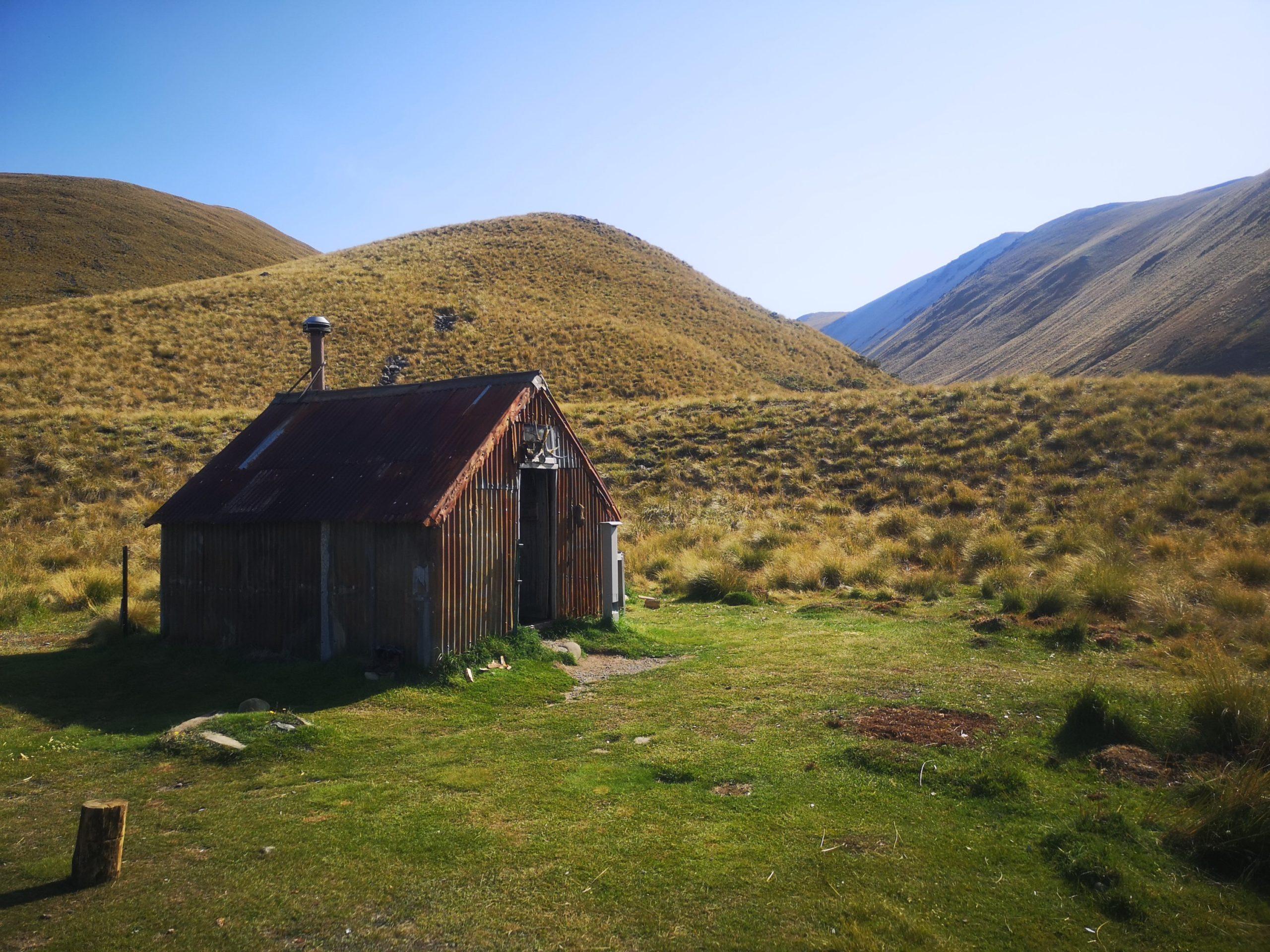 Górska chatka na szlaku Te Araroa - jeden z niewielu przykładów darmowego noclegu (choć mile widziany jest datek na utrzymanie chatki).