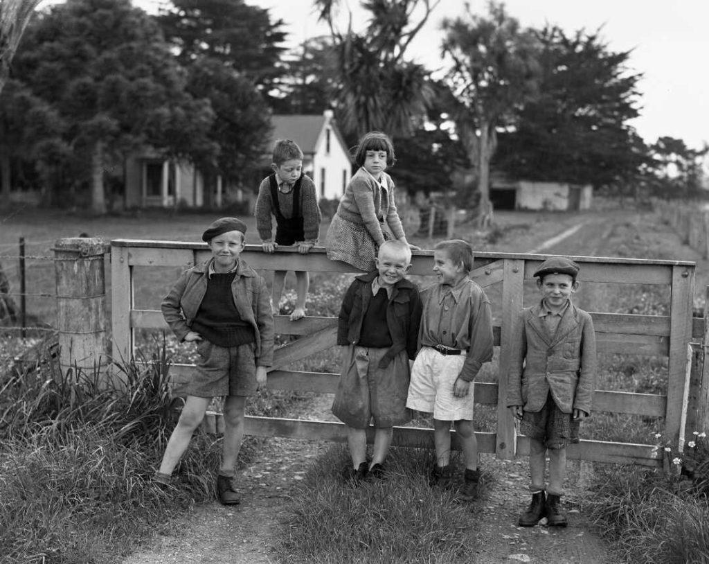 Polskie Dzieci z Pahiatua przed kampusem